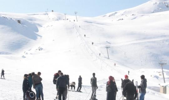 Vatandaşlar hafta sonu kayak merkezine akın etti