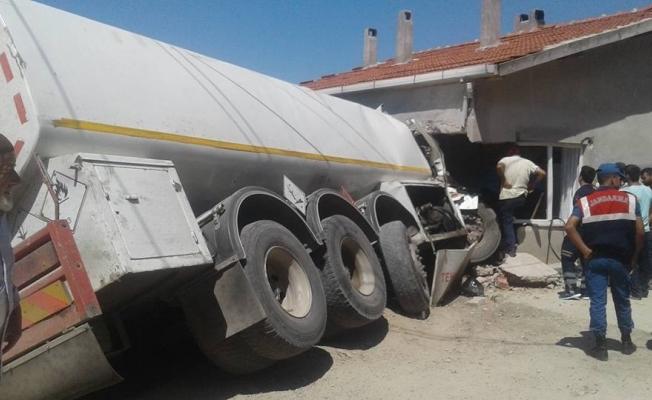 Büyükorhan'da tanker eve daldı