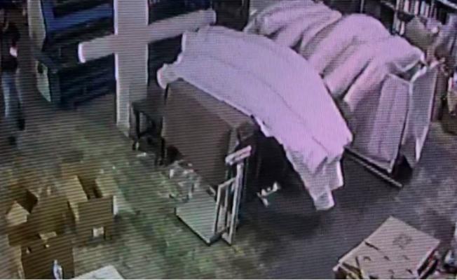 Fabrikadaki cep telefonu hırsızı kamerada