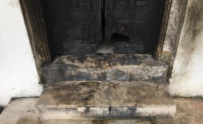 Tarihi kapısı ateşe verilen Hatice Sultan Türbesi madde bağımlılarının mekanı oldu