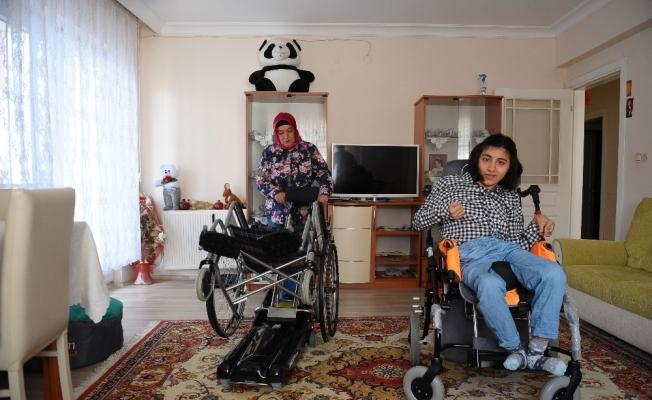 (Özel) Komşusu yüzünden engelli kızına verdiği sözleri yerine getiremiyor
