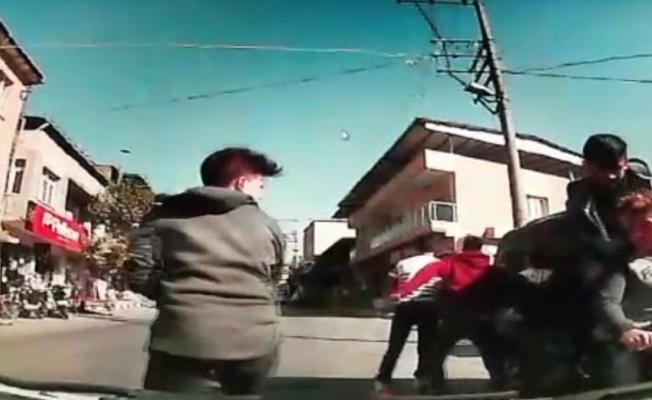 Bir motora beş kişi bindiler, karşı şeride geçip otomobile çarptılar