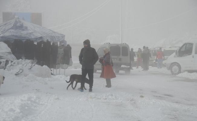 Eksi 5 derece ve yoğun sis'e rağmen vatandaşlar Uludağ'ı terk etmedi