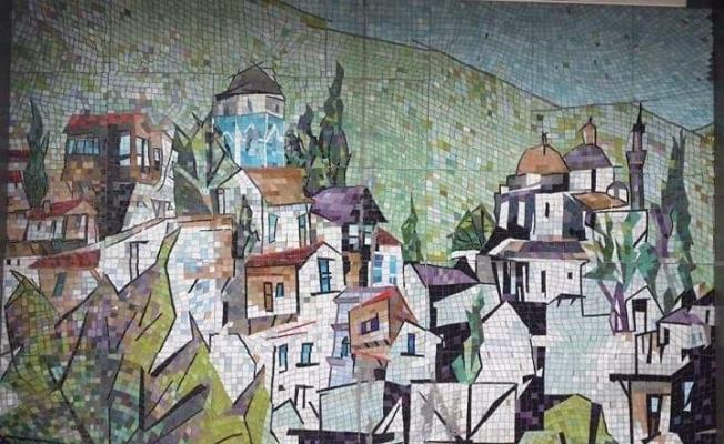 (Özel Haber) Bursa'da 34 yıllık mozaiğe üzerine yapıştırdıkları afişi sökerken zarar verdiler