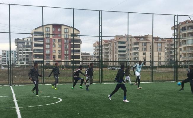 Afrika'dan Bursa'ya okumaya gelen gençlerin halı saha maçı ilgiyle izlendi