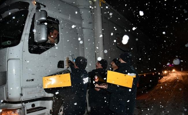 Bursa Ankara yolunda mahsur kalanların yardımına İnegöl Belediyesi koştu