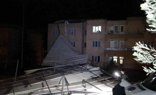 Bursa'da fırtına çatıları uçurdu, ağaçları devirdi
