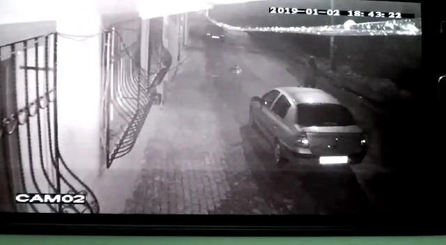 Mahalleyi sokağa döken ve polisi peşine takan hırsız güvenlik kamerasında