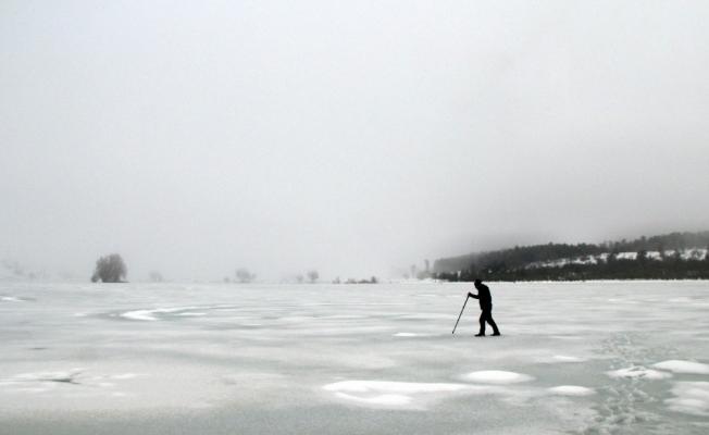 (Özel) Uludağ'ın eteğinde muhteşem güzellik...Buz tutan göletin üzerinde metrelerce yürüdü