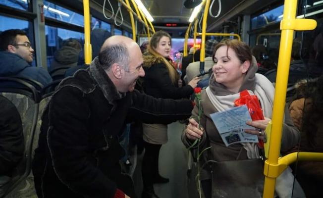Başkan adayı belediye otobüsüne bindi, karanfil dağıttı