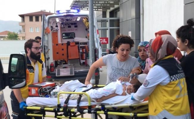 Geri manevra yapan otomobilin ezdiği çocuk ağır yaralandı