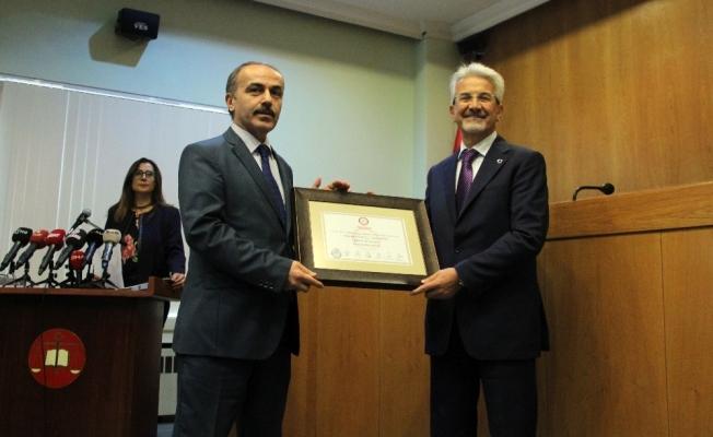 Nilüfer Belediye Başkanı Turgay Erdem mazbatasını aldı