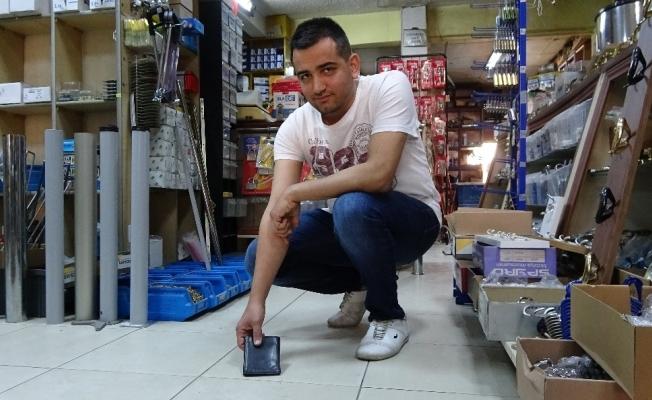 (Özel) Yerde bulduğu cüzdanı içindeki paralarla birlikte sahibine teslim etti