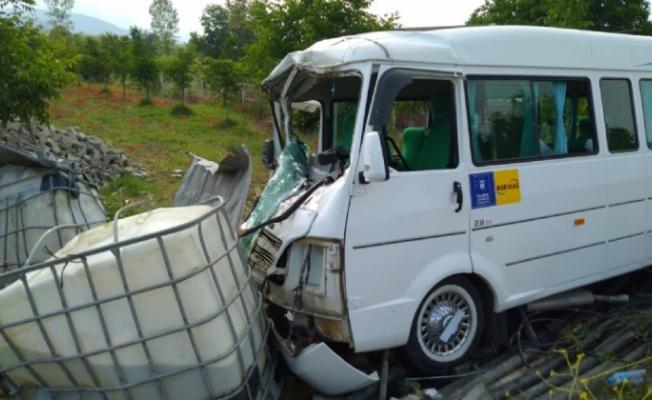 Servis minibüsü kaza yaptı 1'i ağır 4 yaralı