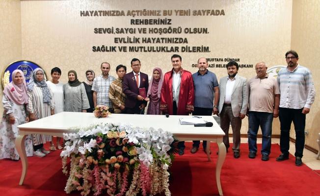 Endonezyalı Çiftin Nikahını Başkan Dündar Kıydı