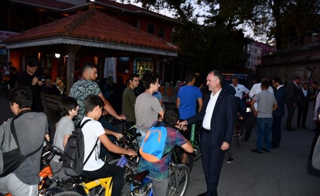 Başkan Taban Bisiklet Sürücülerine Kask Hediye Etti