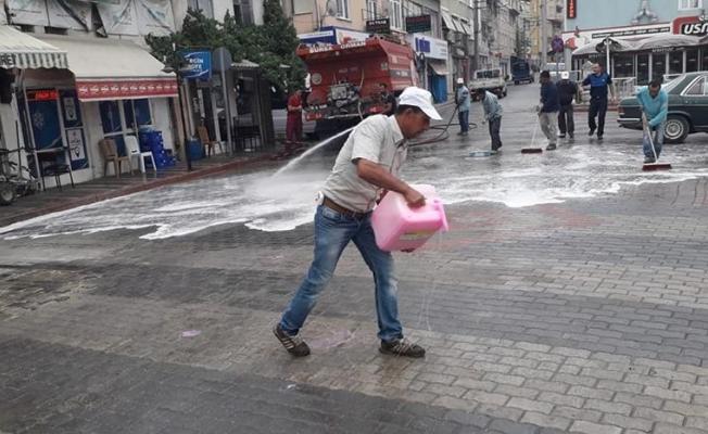 Belediye ekiplerimiz tarafından ilçe merkezimizdeki caddelerde temizleme ve yıkama çalışmaları yapıldı.