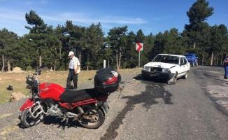 Otomobille çarpışan motosiklet sürücüsü ağır yaralandı