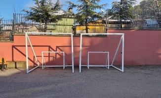Öğrenciler kale direği üretip okullara gönderiyor