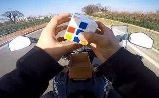 (Özel) Motor sürerken küp çözen sürücüye şok haber