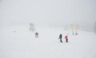 Uludağ'da yoğun kar ve sisten dolayı vatandaşlar pistleri boşalttı