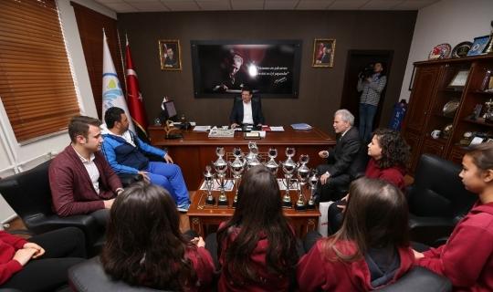 Kazandıkları kupaları Başkan Subaşıoğlu'na hediye ettiler