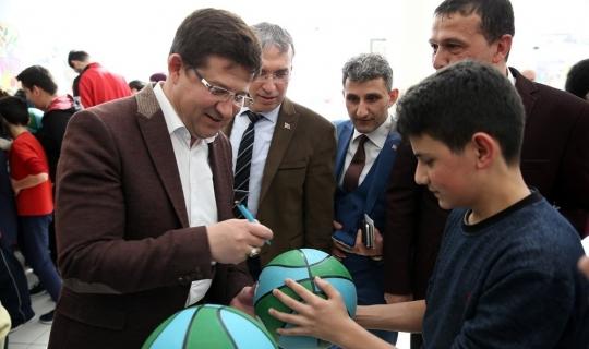 Merkezefendi'de basketbol topu dağıtımı sürüyor