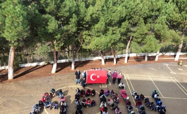 Okul bahçesinde Afrin yazıp Türk bayrağı açtılar