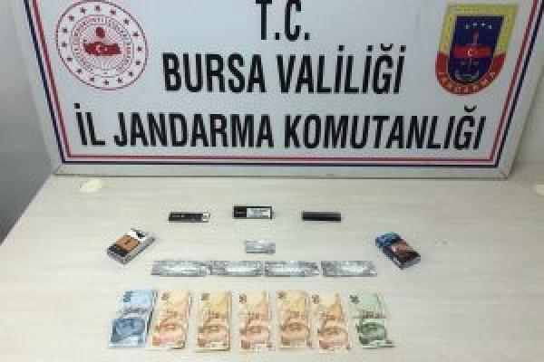 Bursa'da şüpheli hareketlerde bulunan gençlerin aracından uyuşturucu çıktı