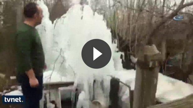 Patlayan suyun donması ilginç görüntüler oluşturdu